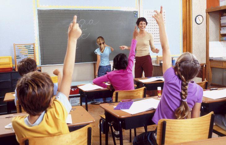 la foto riprende una maestra in classe